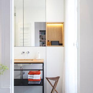 Idées déco pour une salle de bain contemporaine avec un placard à porte plane, des portes de placard blanches, un mur blanc, un sol en carreaux de ciment, un lavabo encastré et un sol gris.