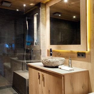 Imagen de cuarto de baño con ducha, contemporáneo, de tamaño medio, con puertas de armario de madera clara, lavabo sobreencimera y armarios con paneles lisos