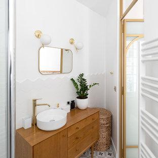 Стильный дизайн: маленькая ванная комната в современном стиле с фасадами с декоративным кантом, коричневыми фасадами, открытым душем, белой плиткой, керамической плиткой, белыми стенами, полом из цементной плитки, душевой кабиной, накладной раковиной, столешницей из дерева, разноцветным полом, открытым душем и коричневой столешницей - последний тренд