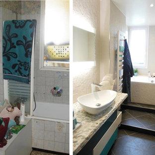 Ejemplo de cuarto de baño principal, pequeño, con puertas de armario azules, jacuzzi, baldosas y/o azulejos beige, baldosas y/o azulejos de piedra, paredes beige, suelo de baldosas de cerámica, lavabo sobreencimera, suelo negro y encimeras azules