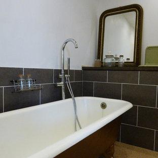 Idee per una stanza da bagno padronale tradizionale di medie dimensioni con vasca con piedi a zampa di leone, doccia a filo pavimento, WC sospeso, piastrelle grigie, piastrelle in ceramica, pareti grigie, pavimento in sughero, lavabo rettangolare, pavimento beige e doccia aperta