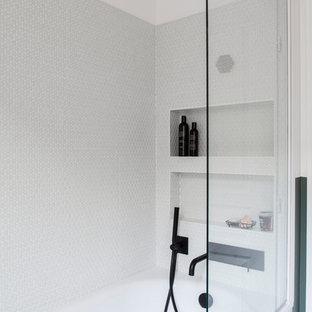 Kleines Nordisches Badezimmer En Suite mit grünen Schränken, Wandtoilette, weißen Fliesen, Keramikfliesen, Terrazzo-Boden, Einbauwaschbecken, Terrazzo-Waschbecken/Waschtisch, grünem Boden und grüner Waschtischplatte in Paris