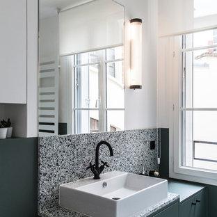 Foto de cuarto de baño escandinavo, pequeño, con puertas de armario verdes, suelo de terrazo, encimera de terrazo, paredes blancas, armarios con paneles lisos, baldosas y/o azulejos multicolor, lavabo sobreencimera, suelo multicolor y encimeras multicolor