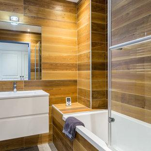 Réalisation d'une salle de bain principale tradition de taille moyenne avec des portes de placard blanches, une baignoire posée, un combiné douche/baignoire, un mur marron, un lavabo intégré et une cabine de douche à porte coulissante.