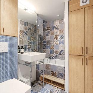 Идея дизайна: главная ванная комната среднего размера в современном стиле с светлыми деревянными фасадами, ванной в нише, душем над ванной, инсталляцией, бежевой плиткой, белой плиткой, синей плиткой, цементной плиткой, белыми стенами, полом из керамической плитки и консольной раковиной