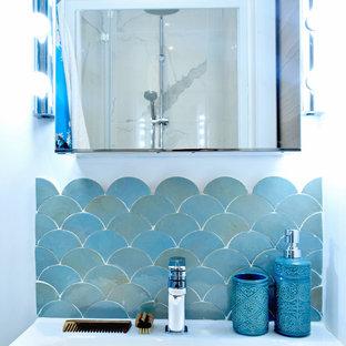 Ispirazione per una piccola stanza da bagno con doccia stile marino con ante blu, doccia alcova, WC sospeso, piastrelle blu, piastrelle in terracotta, pareti bianche, pavimento in cementine, lavabo sospeso, pavimento blu e top bianco