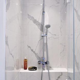 На фото: маленькая ванная комната в морском стиле с синими фасадами, душем в нише, инсталляцией, синей плиткой, терракотовой плиткой, белыми стенами, полом из цементной плитки, душевой кабиной, подвесной раковиной, синим полом и белой столешницей с