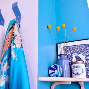 Ispirazione per una piccola stanza da bagno con doccia costiera con ante blu, doccia alcova, WC sospeso, piastrelle blu, piastrelle in terracotta, pareti bianche, pavimento in cementine, lavabo sospeso, pavimento blu e top bianco