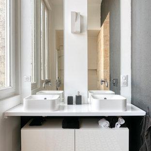 Exemple d'une salle d'eau tendance de taille moyenne avec un placard sans porte, des portes de placard en bois clair, un mur blanc, une vasque, un sol multicolore, un plan de toilette blanc, meuble double vasque et meuble-lavabo suspendu.