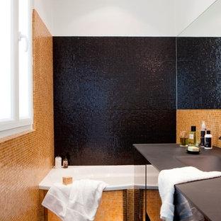 На фото: маленькая главная ванная комната в современном стиле с накладной ванной, черной плиткой, оранжевой плиткой, плиткой мозаикой, желтыми стенами и монолитной раковиной с