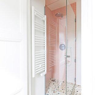 Bild på ett litet shabby chic-inspirerat rosa rosa badrum med dusch, med luckor med profilerade fronter, vita skåp, en hörndusch, en vägghängd toalettstol, rosa kakel, keramikplattor, vita väggar, terrazzogolv, ett konsol handfat, bänkskiva i terrazo, flerfärgat golv och dusch med gångjärnsdörr