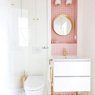 Ispirazione per una piccola stanza da bagno padronale stile shabby con ante a filo, ante bianche, doccia ad angolo, WC sospeso, piastrelle rosa, piastrelle a mosaico, pareti bianche, pavimento alla veneziana, lavabo a colonna, top piastrellato, pavimento multicolore, porta doccia a battente e top rosa