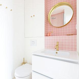 Пример оригинального дизайна: маленькая главная ванная комната в скандинавском стиле с фасадами с декоративным кантом, белыми фасадами, угловым душем, инсталляцией, розовой плиткой, плиткой мозаикой, белыми стенами, полом из терраццо, раковиной с пьедесталом, столешницей из плитки, разноцветным полом, душем с распашными дверями и розовой столешницей