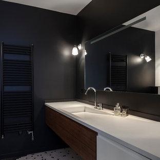 На фото: главные ванные комнаты среднего размера в современном стиле с фасадами с декоративным кантом, коричневыми фасадами, черной плиткой, черными стенами, полом из керамогранита, консольной раковиной, белым полом и белой столешницей