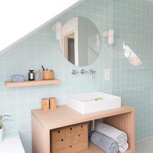 ブリュッセルの小さい北欧スタイルのおしゃれなバスルーム (浴槽なし) (オープンシェルフ、淡色木目調キャビネット、アンダーマウント型浴槽、段差なし、青いタイル、セラミックタイル、白い壁、竹フローリング、コンソール型シンク、タイルの洗面台、茶色い床、引戸のシャワー、青い洗面カウンター) の写真