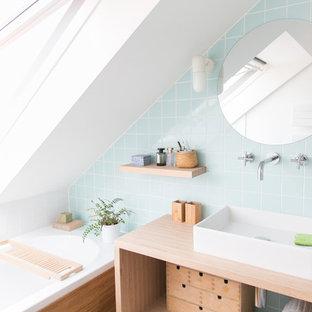 Kleines Skandinavisches Duschbad mit offenen Schränken, hellen Holzschränken, Unterbauwanne, bodengleicher Dusche, blauen Fliesen, Keramikfliesen, weißer Wandfarbe, Bambusparkett, Waschtischkonsole, gefliestem Waschtisch, braunem Boden, Schiebetür-Duschabtrennung und blauer Waschtischplatte in Brüssel