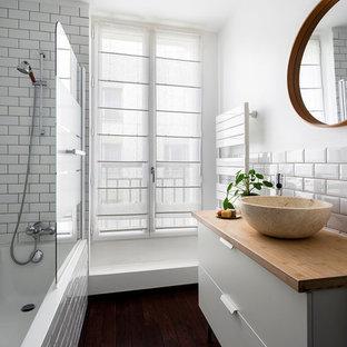 Idées déco pour une petit salle de bain principale contemporaine avec des portes de placard blanches, un combiné douche/baignoire, un carrelage blanc, des carreaux de porcelaine, un mur blanc, un plan de toilette en bois, un sol marron, aucune cabine, un plan de toilette marron, un placard à porte plane, une baignoire d'angle, un sol en bois foncé et une vasque.