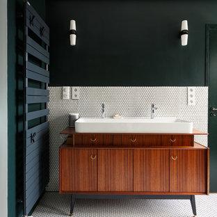 Cette image montre une salle de bain principale design avec un carrelage blanc, une grande vasque, un plan de toilette en bois, un placard en trompe-l'oeil, des portes de placard en bois brun, carrelage en mosaïque, un mur vert, un sol en carrelage de terre cuite et un sol blanc.