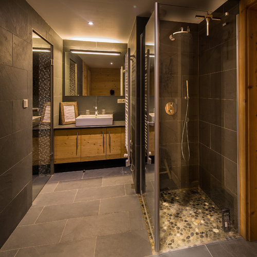 Douche Italienne En Ardoise Noire : Salle de bain à budget modéré avec du carrelage en ardoise