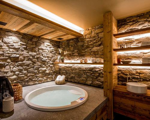Uriges Badezimmer Mit Whirlpool In Lyon