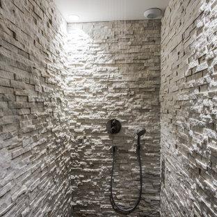 Idées déco pour une salle de bain contemporaine de taille moyenne avec un carrelage de pierre, un carrelage gris et un mur gris.