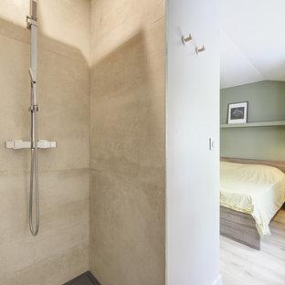 Esempio di una stanza da bagno padronale scandinava di medie dimensioni con ante a filo, ante beige, vasca sottopiano, doccia aperta, piastrelle beige, lastra di pietra, pareti beige, pavimento in laminato, lavabo sottopiano, top in laminato, pavimento beige, doccia aperta e top beige
