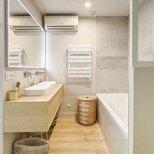 Foto di una stanza da bagno padronale scandinava di medie dimensioni con ante a filo, ante beige, vasca sottopiano, doccia aperta, piastrelle beige, lastra di pietra, pareti beige, pavimento in laminato, lavabo sottopiano, top in laminato, pavimento beige, doccia aperta e top beige