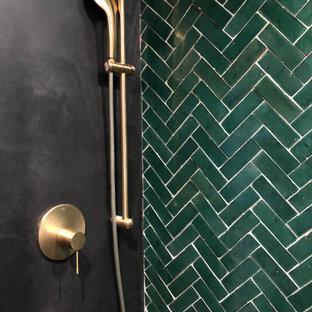 Свежая идея для дизайна: маленькая главная ванная комната в стиле модернизм с фасадами с декоративным кантом, черными фасадами, душем в нише, инсталляцией, зеленой плиткой, терракотовой плиткой, черными стенами, бетонным полом, накладной раковиной, мраморной столешницей, черным полом и черной столешницей - отличное фото интерьера
