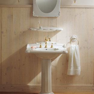 東京23区のヴィクトリアン調のおしゃれな浴室 (ベージュの壁、淡色無垢フローリング、ペデスタルシンク、茶色い床) の写真