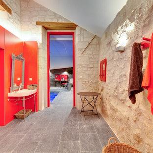 Aménagement d'une grande salle de bain principale classique avec un mur beige, un sol en carrelage de céramique et un plan vasque.