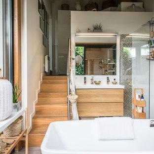 Idées déco pour une salle d'eau exotique avec un placard à porte plane, des portes de placard en bois brun, une baignoire indépendante, une douche d'angle, un carrelage blanc, un mur blanc et un plan vasque.