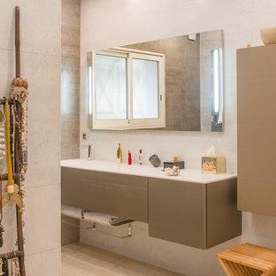 Cette photo montre une salle d'eau tendance de taille moyenne avec des portes de placard beiges, un mur beige, un sol en carrelage de céramique et un lavabo intégré.