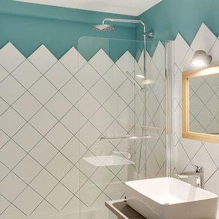 Foto de cuarto de baño infantil, escandinavo, pequeño, con bañera encastrada, combinación de ducha y bañera, baldosas y/o azulejos blancos, baldosas y/o azulejos de cerámica, paredes azules, suelo de baldosas de cerámica, lavabo encastrado, encimera de laminado y encimeras beige