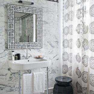 Exemple d'une salle de bain principale chic de taille moyenne avec un carrelage blanc, un carrelage de pierre, un mur multicolore, un sol en marbre, un plan vasque et une cabine de douche avec un rideau.