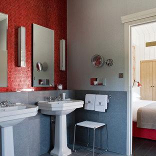 Réalisation d'une salle de bain principale tradition de taille moyenne avec un lavabo de ferme, un carrelage rouge, carrelage en mosaïque et un mur gris.
