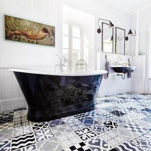 Cette image montre une grande salle de bain principale traditionnelle avec une baignoire indépendante, un mur blanc et un lavabo suspendu.