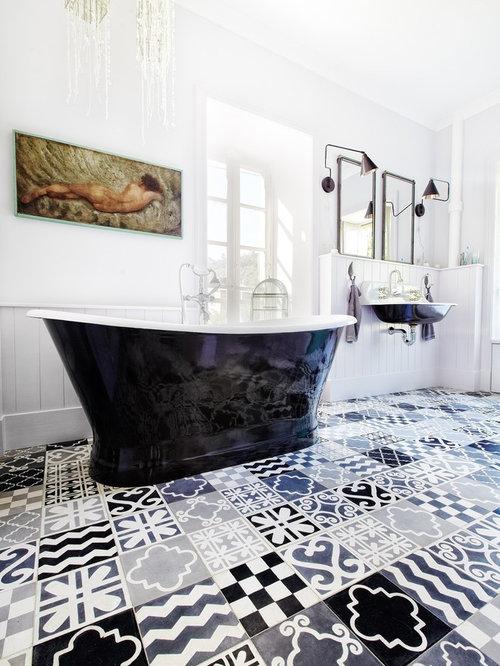 cette image montre une grande salle de bain principale traditionnelle avec une baignoire indpendante un - Carreaux De Ciment Salle De Bain