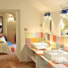 Farmhouse Bathroom by Décoration et provence