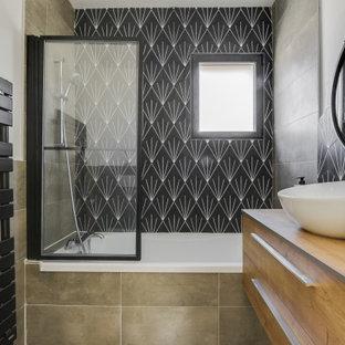 Inspiration pour une salle d'eau design avec un placard à porte plane, des portes de placard en bois brun, une baignoire posée, un combiné douche/baignoire, un mur blanc, une vasque et un plan de toilette en bois.