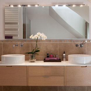 Exemple d'une grande salle de bain principale tendance avec des portes de placard en bois clair, un carrelage beige, des carreaux de céramique, un mur blanc et une vasque.