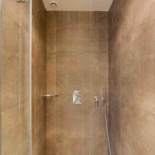 Idée de décoration pour une petite salle de bain design avec un carrelage beige et un mur beige.