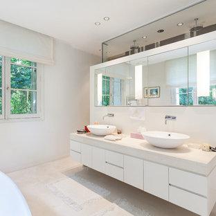 Inspiration Pour Une Grande Salle De Bain Principale Design Avec Une  Vasque, Un Placard à