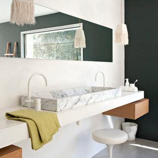 Cette image montre une salle de bain design de taille moyenne avec une grande vasque et un mur blanc.