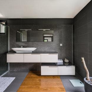 Inspiration Pour Une Salle De Bain Design Avec Un Placard à Porte Plane,  Des Portes