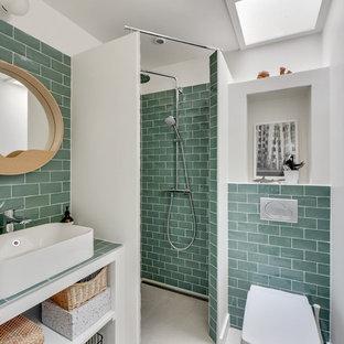 Modernes Duschbad mit offenen Schränken, Eckdusche, Wandtoilette, grünen Fliesen, Metrofliesen, weißer Wandfarbe, Aufsatzwaschbecken, beigem Boden, offener Dusche und türkiser Waschtischplatte in Paris