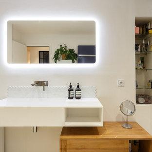 Exemple d'une salle d'eau tendance de taille moyenne avec un placard à porte plane, des portes de placard blanches, un mur blanc, un sol en terrazzo, une grande vasque, un plan de toilette en surface solide, un sol blanc, un plan de toilette blanc, meuble simple vasque et meuble-lavabo suspendu.