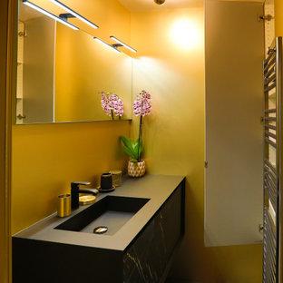 Ispirazione per una piccola stanza da bagno con doccia classica con ante di vetro, doccia a filo pavimento, piastrelle gialle, piastrelle in metallo, pareti gialle, pavimento con piastrelle in ceramica, lavabo integrato, top in granito, pavimento nero, doccia aperta e top nero