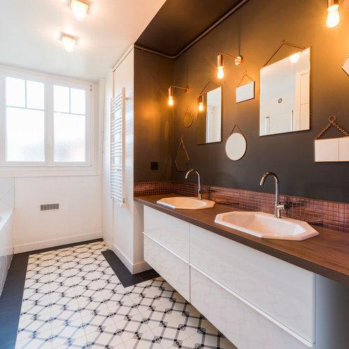 Salle de bain avec un placard à porte plane et un carrelage ...