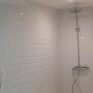 Foto de cuarto de baño retro, pequeño, con ducha a ras de suelo, sanitario de pared, baldosas y/o azulejos blancos, baldosas y/o azulejos de cemento, paredes verdes, suelo de linóleo, lavabo tipo consola y suelo blanco