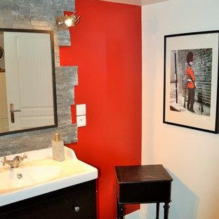 Ispirazione per una stanza da bagno con doccia boho chic di medie dimensioni con doccia aperta, piastrelle grigie, piastrelle a listelli, pareti rosse, parquet chiaro, lavabo rettangolare, top in superficie solida, pavimento grigio e doccia aperta
